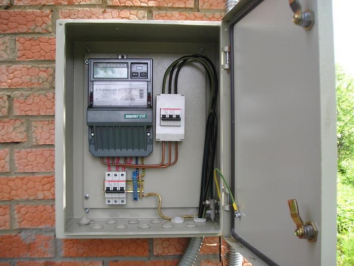 Счетчик электроэнергии в уличном ящике