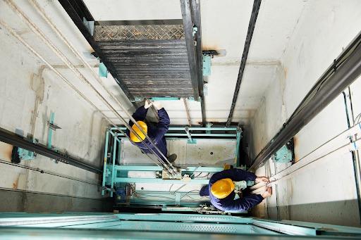 Кто должен производить монтаж грузового лифта